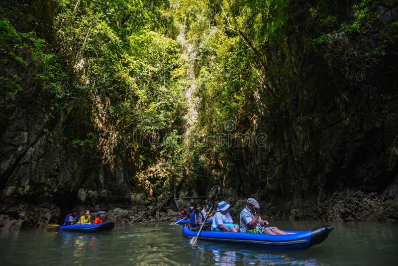 Het jacht en de motorboot van de havenligplaats in phuket stock foto's