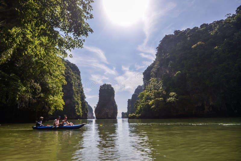 Het jacht en de motorboot van de havenligplaats in phuket royalty-vrije stock afbeeldingen