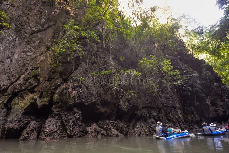 Het jacht en de motorboot van de havenligplaats in phuket stock afbeeldingen