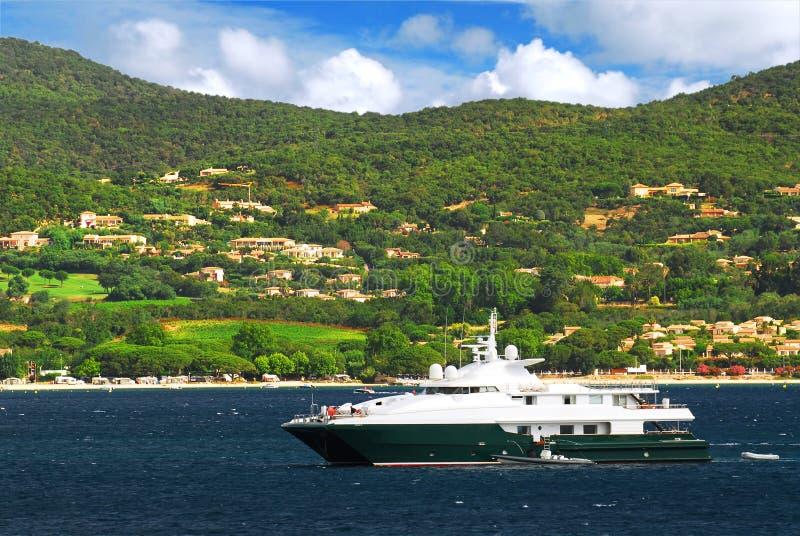 Het jacht van de luxe bij de kust van Franse Riviera royalty-vrije stock afbeeldingen