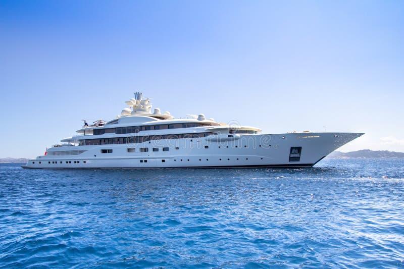 Het jacht van de luxe in het overzees royalty-vrije stock foto's