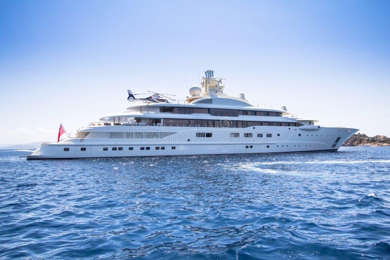 Het jacht van de luxe in het overzees royalty-vrije stock foto