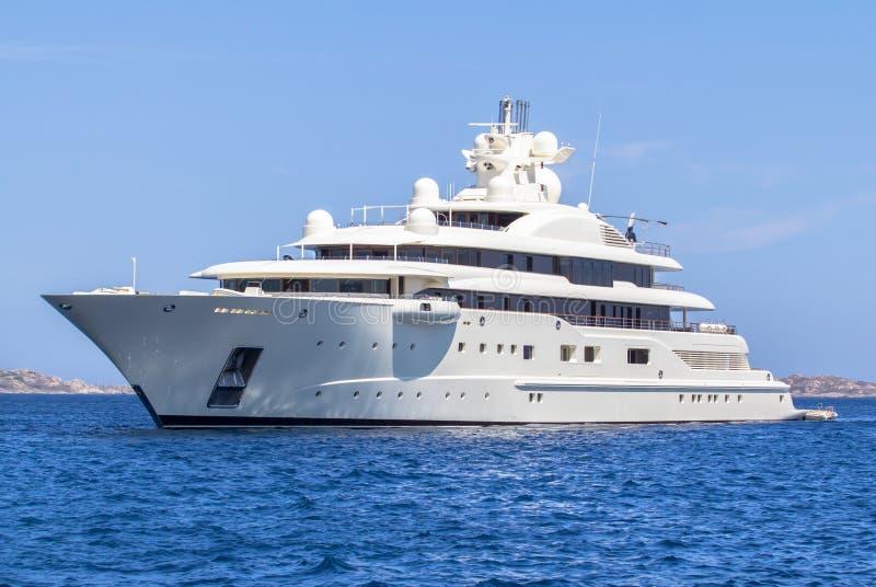 Het jacht van de luxe in het overzees stock afbeelding