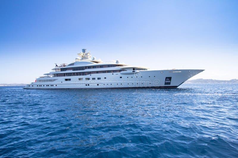Het jacht van de luxe in het overzees royalty-vrije stock afbeelding