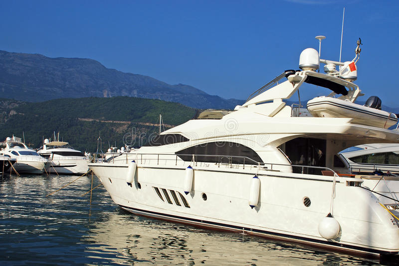Het jacht van de luxe in jachthaven royalty-vrije stock afbeeldingen