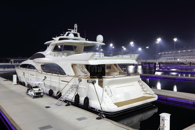 Het jacht van de luxe in Jachthaven Yas stock foto
