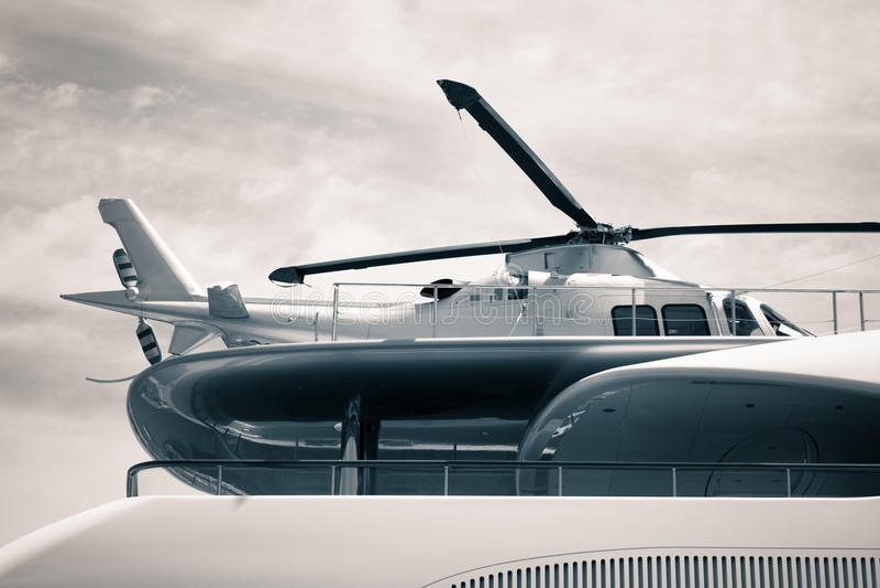 Het jacht van de luxe met helikopterdetail royalty-vrije stock afbeeldingen
