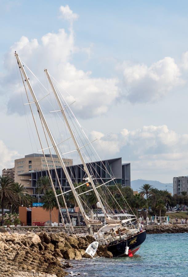 Het jacht waste omhoog op kust na onweer in Palma de Mallorca royalty-vrije stock foto