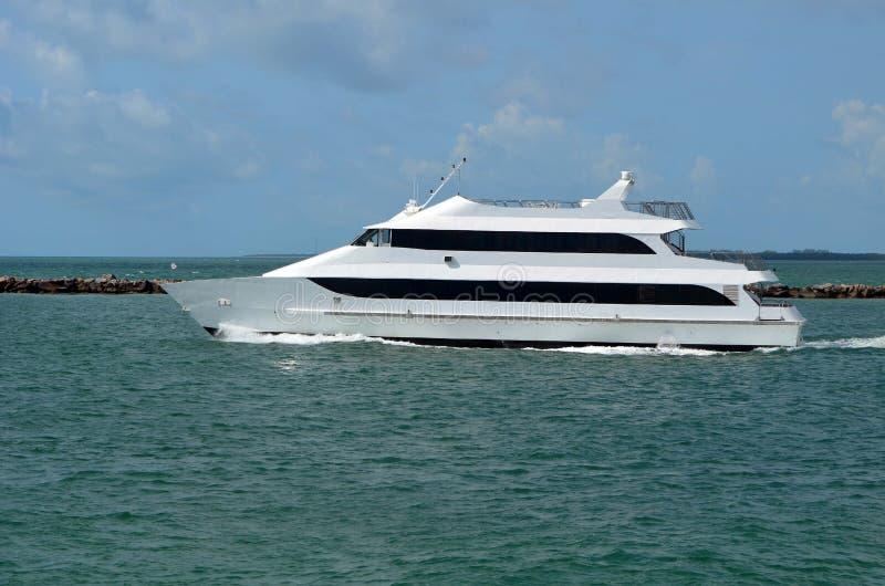 Het Jachtrubriek van de luxemotor uit aan Overzees stock afbeeldingen