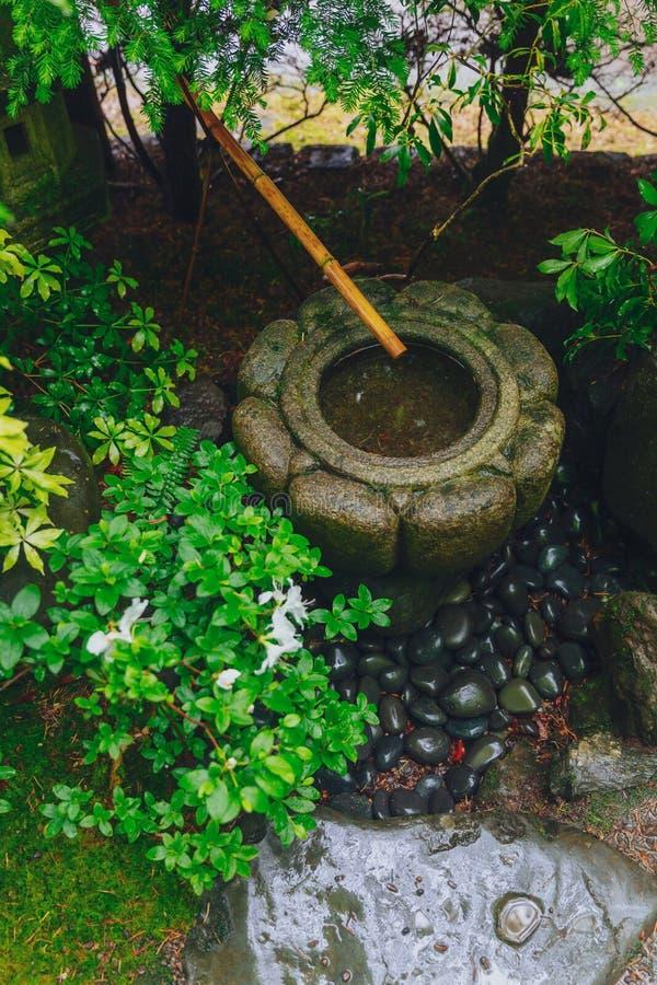 Het Japanse bassin van het steenwater onder bomen bij de Japanse Tuin van Portland, Portland, de V.S. stock afbeelding