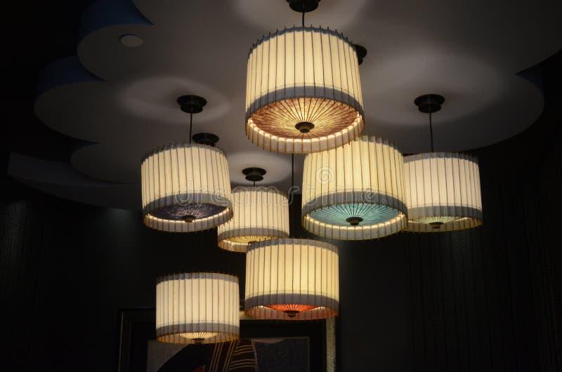 Het Japanse Binnenlandse Ontwerp van het Sushirestaurant - Verlichting stock afbeelding