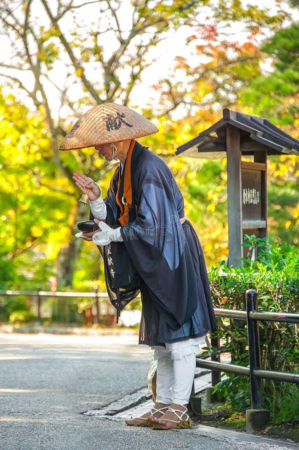 HET JAPANSE BOEDDHISTISCHE DE MONNIK VAN ZEN SCANDEREN stock foto