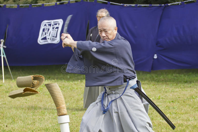 Het Japanse knipsel van vechtsportenprestaties met een zwaard stock foto's
