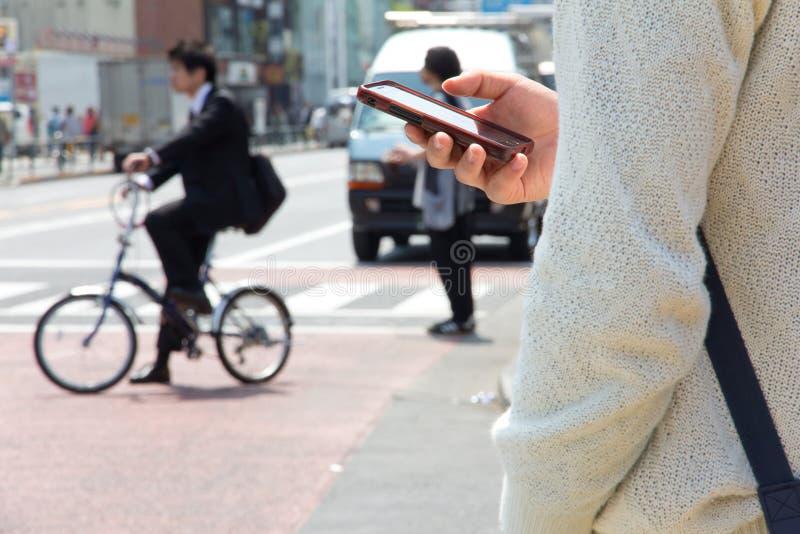 Het Japanse mannelijke praatje van de gebruikstekst op de telefoon royalty-vrije stock foto