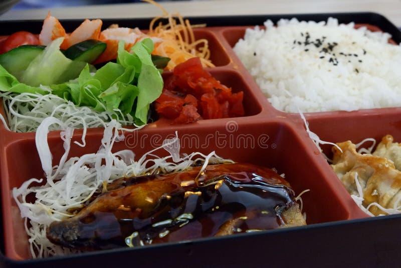 Het Japanse voedsel, bento is rijst en voedsel in de doos royalty-vrije stock fotografie