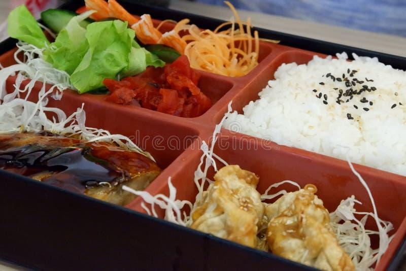 Het Japanse voedsel, bento is rijst en voedsel in de doos royalty-vrije stock afbeeldingen