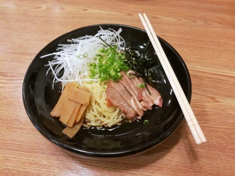 Het Japanse voedsel, ramen noedel en verse groenten op zwarte schotel royalty-vrije stock foto's
