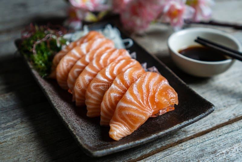 Het Japanse voedsel van de zalmsashimi met sojasaus royalty-vrije stock afbeeldingen