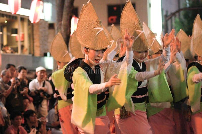Het Japanse vrouw traditionele dansen stock afbeeldingen