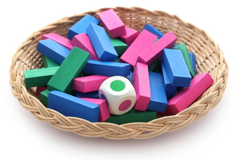 Het Jengaspel van kleurrijke houten blokken met dobbelt stock afbeeldingen