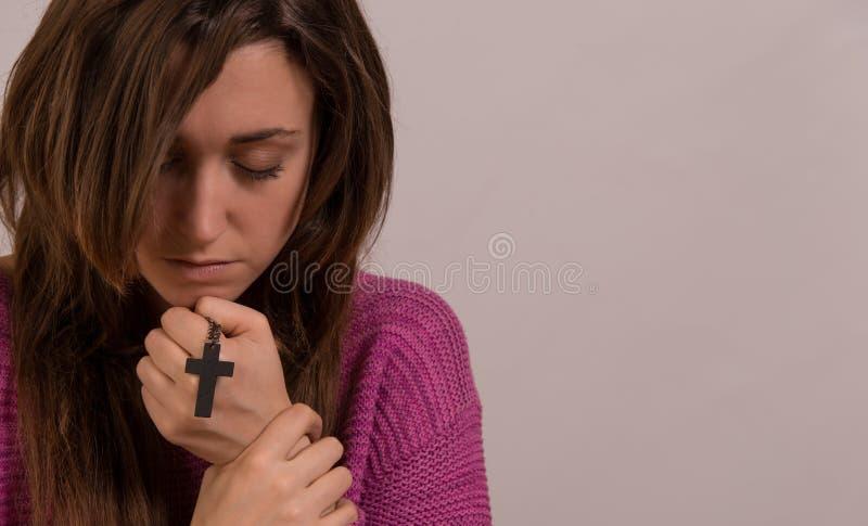 Het jong christelijk kruis van de vrouwenholding en psalmboek stock afbeelding