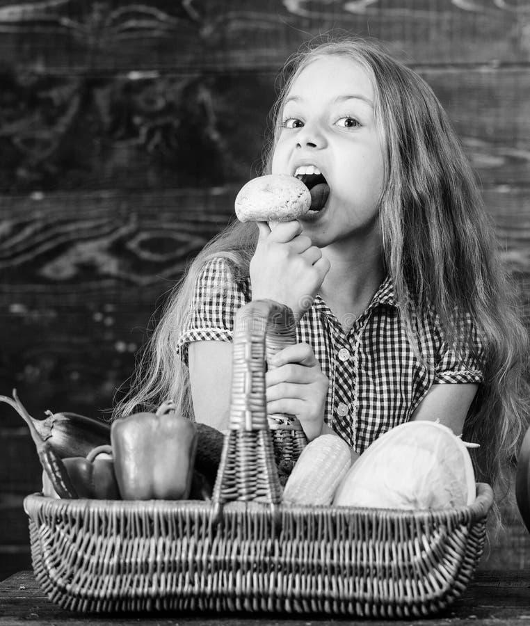 Het jong geitjemeisje dichtbij mandhoogtepunt van verse groenten oogst rustieke stijl Het concept van het oogstfestival De daling royalty-vrije stock fotografie