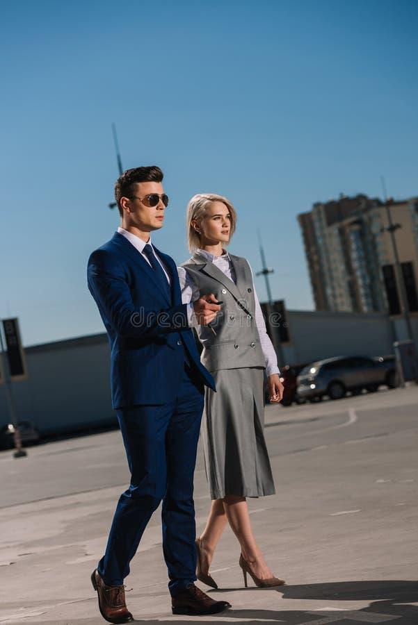 het jonge aantrekkelijke bedrijfsmensen lopen stock foto