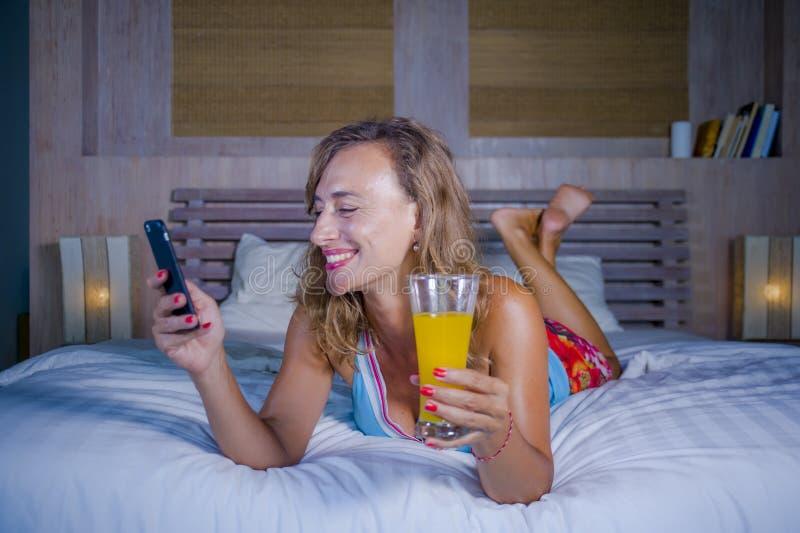 Het jonge aantrekkelijke en gelukkige meisje vrolijk en ontspannen glimlachen gebruikend de sociale media app van Internet op mob royalty-vrije stock fotografie