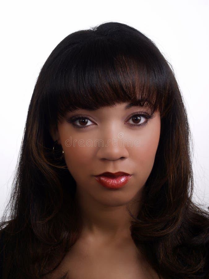 Het jonge aantrekkelijke lange haar van het zwarteportret stock afbeeldingen