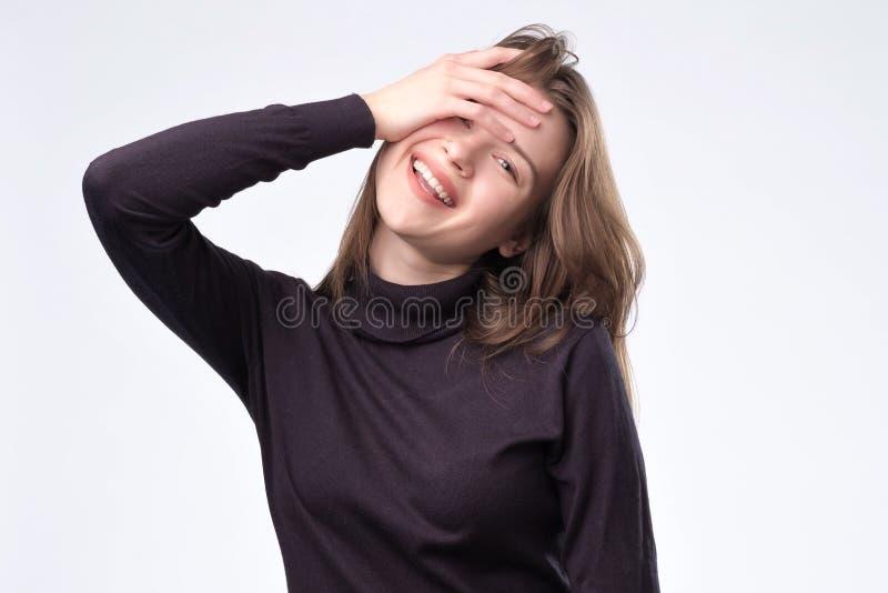Het jonge aantrekkelijke meisjes whith lange haar glimlachen stock afbeeldingen
