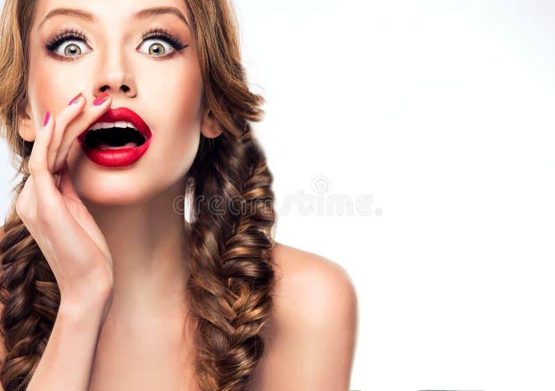 Het jonge aantrekkelijke model trekt aandacht van publiek aan royalty-vrije stock foto