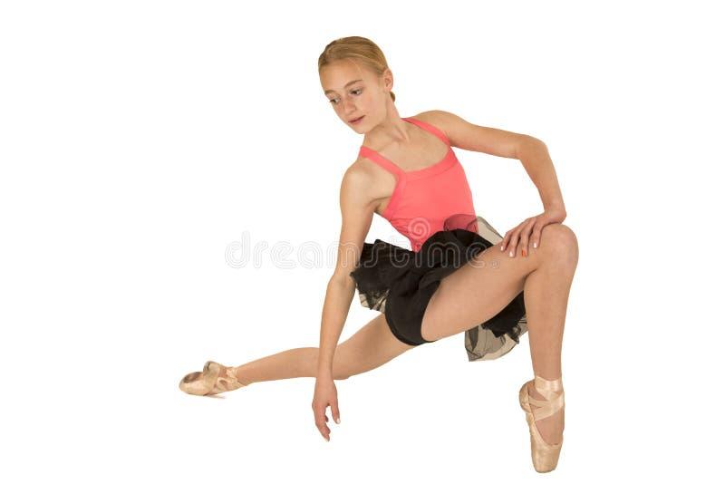 Het jonge aantrekkelijke roodharigeballerina stellen stock foto