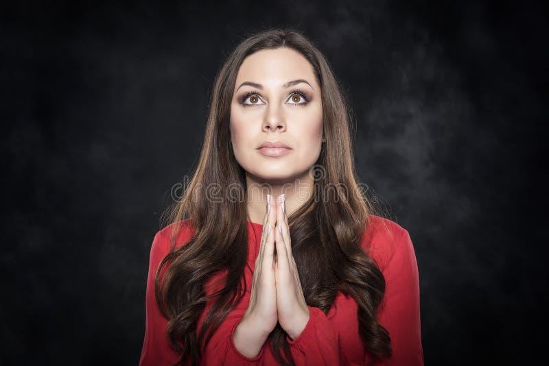 Het jonge aantrekkelijke vrouw bidden royalty-vrije stock fotografie