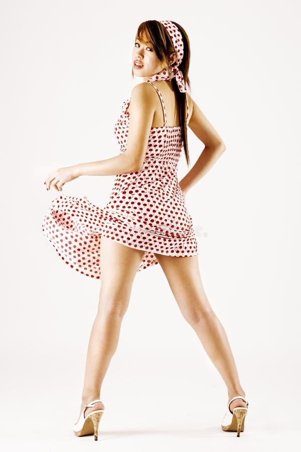Het jonge aantrekkelijke vrouw dansen stock fotografie