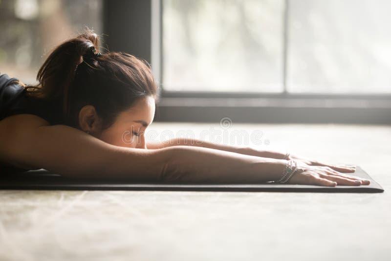 Het jonge aantrekkelijke vrouw uitrekken zich op de vloer stock foto's