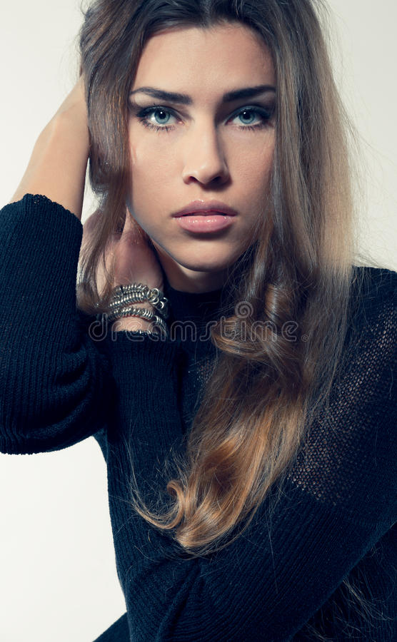 Het jonge aantrekkelijke vrouwen blonde haar in zwarte kleding die bekijken kwam royalty-vrije stock afbeelding