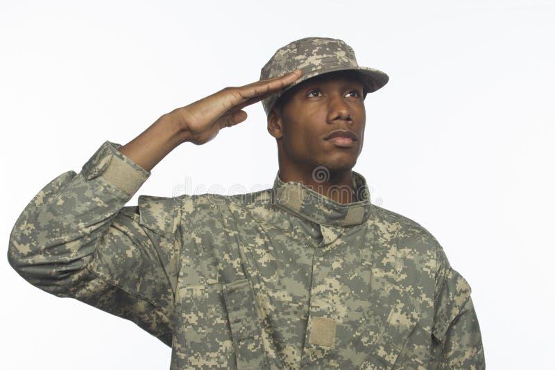 Het jonge Afrikaanse Amerikaanse militaire mens horizontaal groeten, royalty-vrije stock fotografie