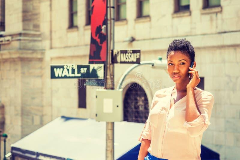 Het jonge Afrikaanse Amerikaanse Onderneemster reizen, die in Nieuw Y werken stock afbeelding
