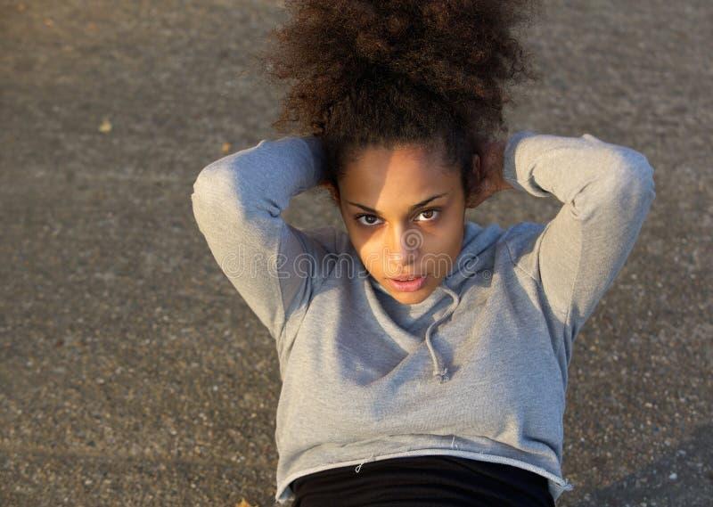 Het jonge Afrikaanse Amerikaanse vrouw doen zit UPS stock fotografie