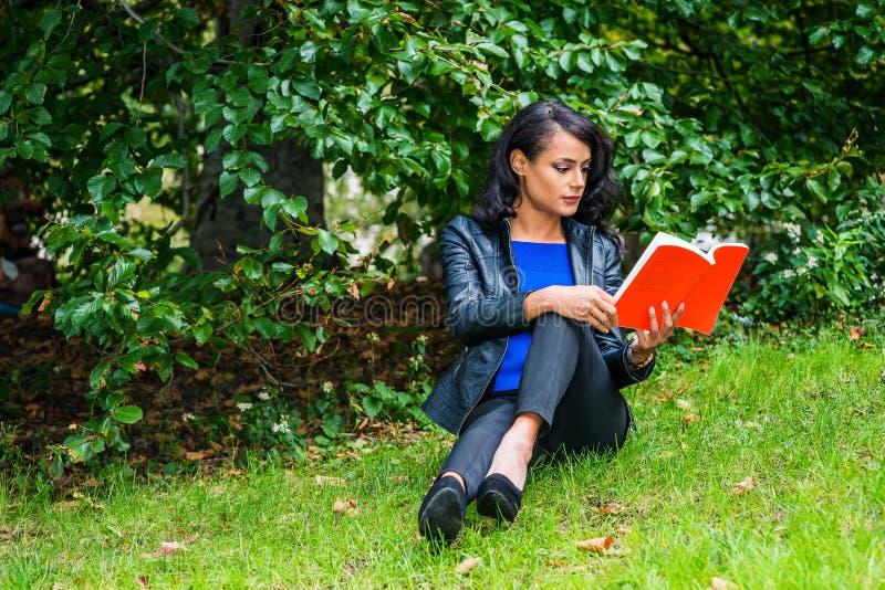 Het jonge Amerikaanse Vrouw reizen, die bij Central Park, Nieuwe Yo ontspannen stock foto