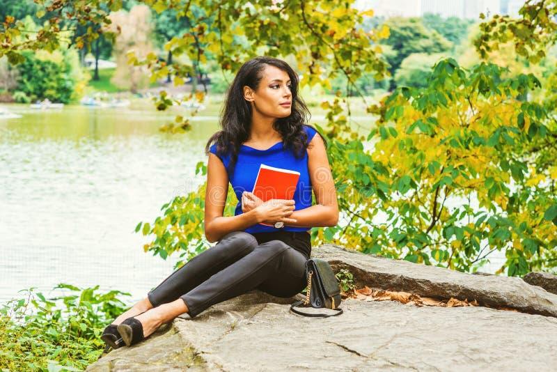 Het jonge Amerikaanse Vrouw reizen, die bij Central Park, Nieuwe Yo ontspannen stock foto's