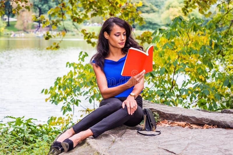 Het jonge Amerikaanse Vrouw reizen, die bij Central Park, Nieuwe Yo ontspannen royalty-vrije stock foto