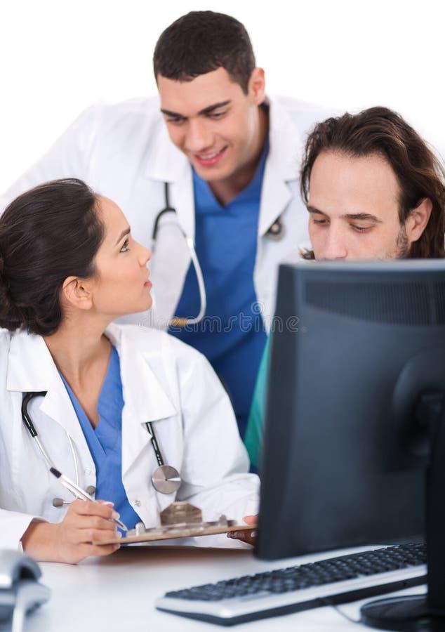 Het jonge artsenteam bespreken stock foto's