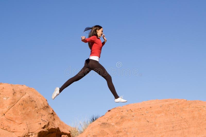 Het jonge atletische vrouw lopen stock afbeeldingen