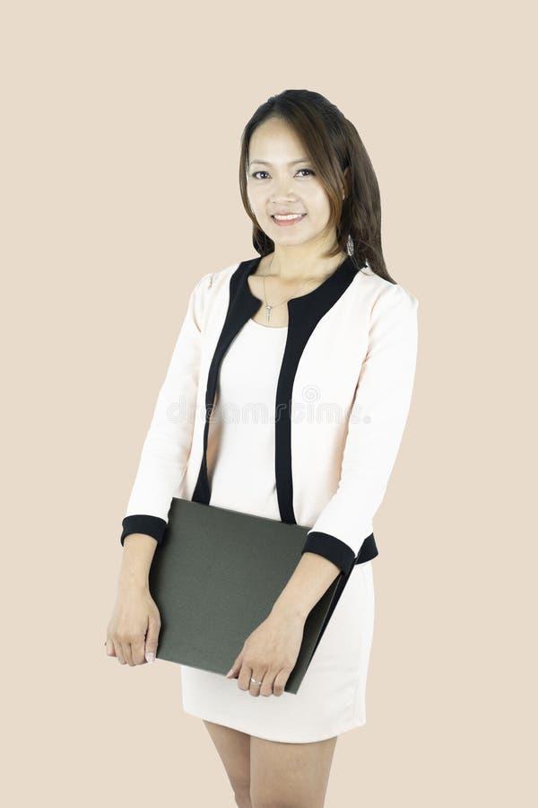 Het jonge Aziatische geïsoleerde document van het bedrijfsvrouwenbedrijfsdossier royalty-vrije stock foto