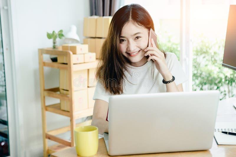 Het jonge Aziatische meisje is freelancer met haar particuliere sector thuis bureau stock foto's