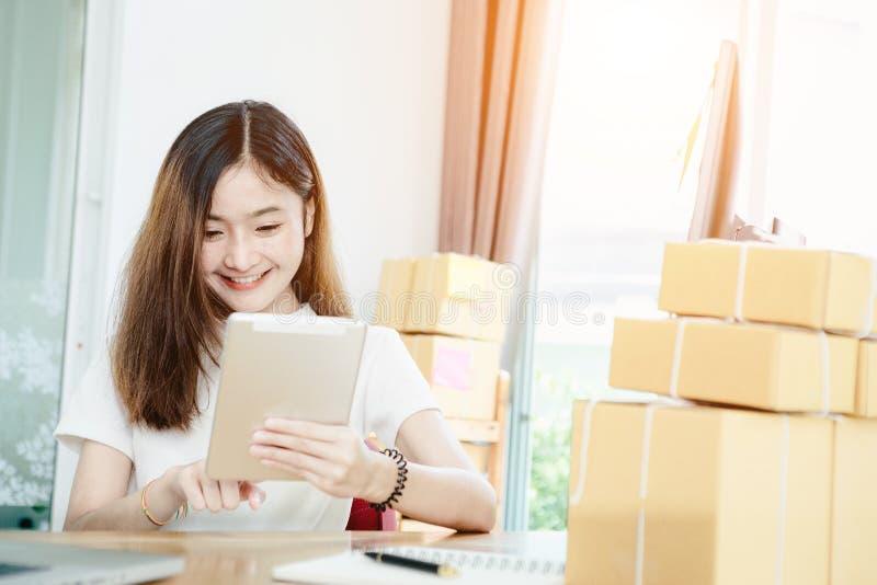 Het jonge Aziatische meisje is freelancer met haar particuliere sector thuis bureau royalty-vrije stock afbeelding