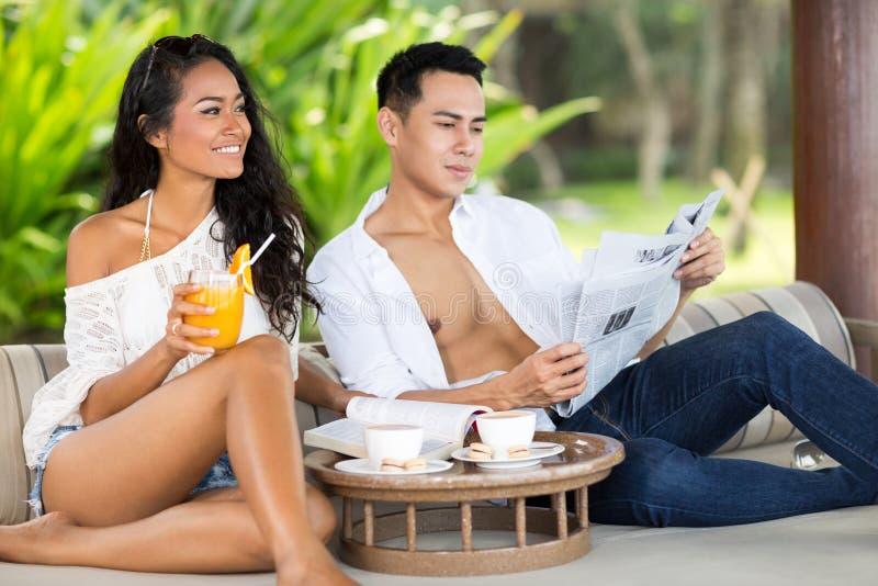 Het jonge Aziatische paar ontspannen stock foto's