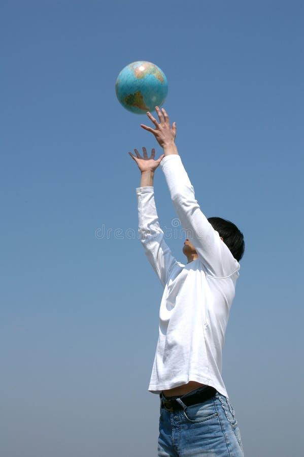 Het jonge Aziatische Spelen van de Mens met een Bol stock afbeeldingen