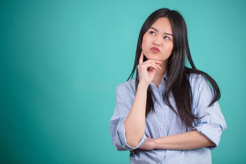 Het jonge Aziatische vrouw gesturing in defferent stelt over blauwe backgro stock afbeeldingen